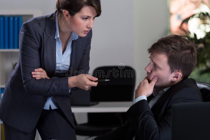 Босс угрожая ее работника стоковая фотография rf
