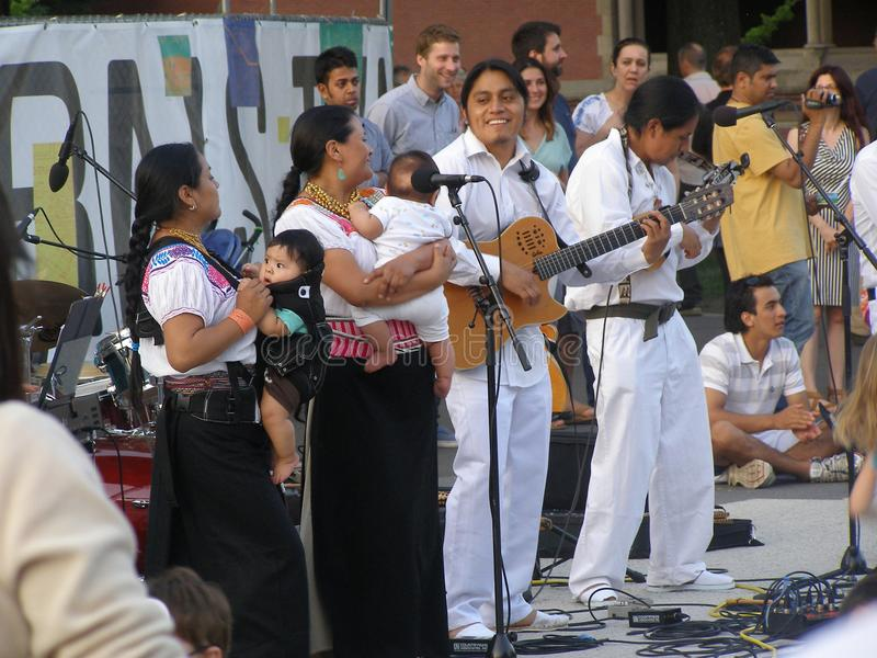 Бостон, MA/USA- 22-ое июня 2013, играть музыкантов коренного американца стоковая фотография