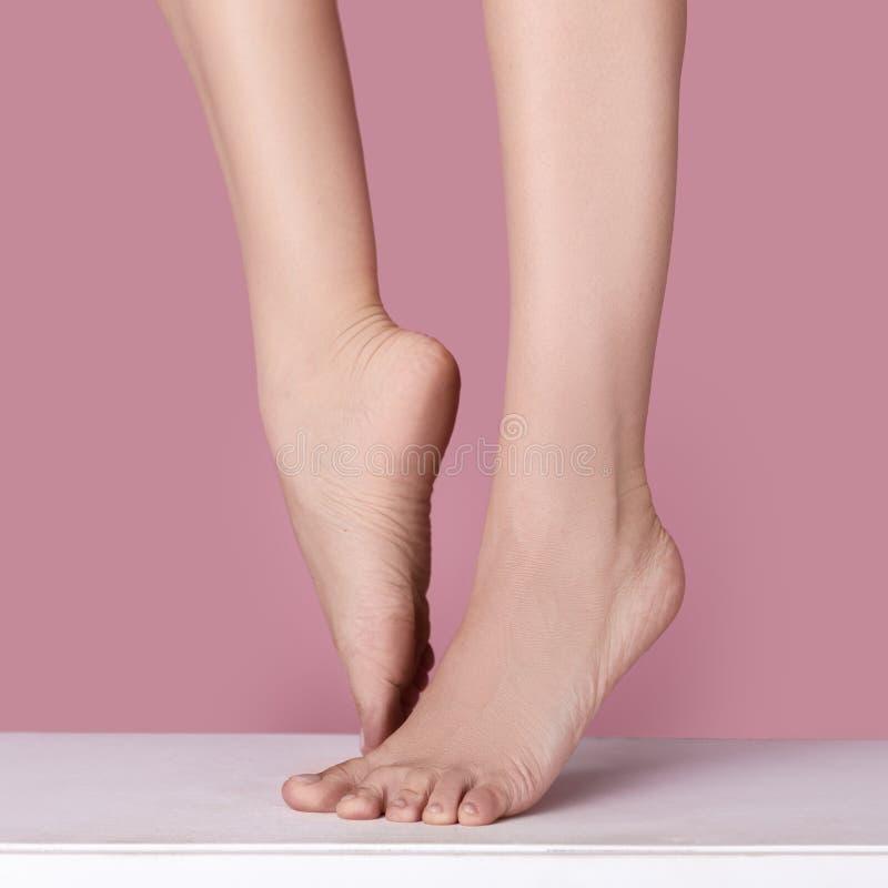 Босые ноги женщины стоковое фото