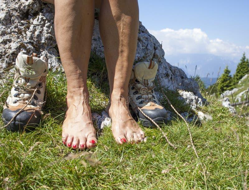 Босые ноги и ноги с Varicose венами туристского hiker стоковое изображение