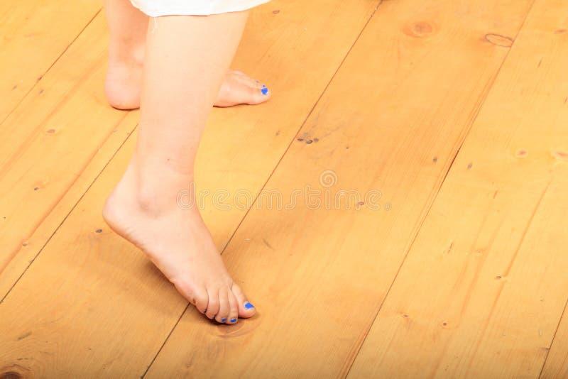 Босые ноги на деревянном поле стоковое фото rf