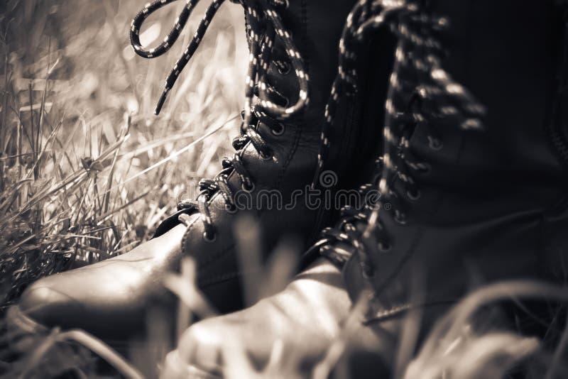 Ботинки армии кожаные с высокой верхней частью и striped шнурками стоковая фотография