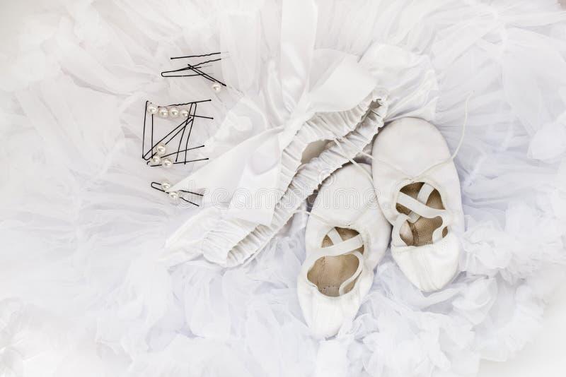 Ботинки балета, юбка, hairpins стоковая фотография rf