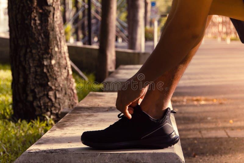 Ботинки бегуна пробуя идущие получая готовый для бега стоковая фотография