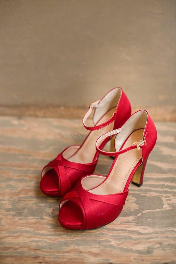 Ботинки высоких пяток яркие красные стоковая фотография