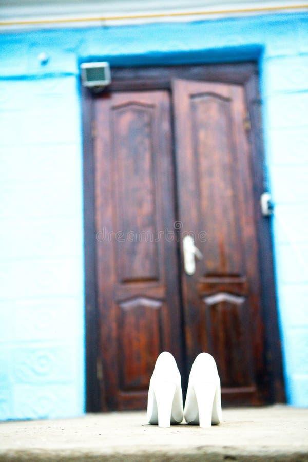 Ботинки высокой пятки женщин белые стоковые изображения rf