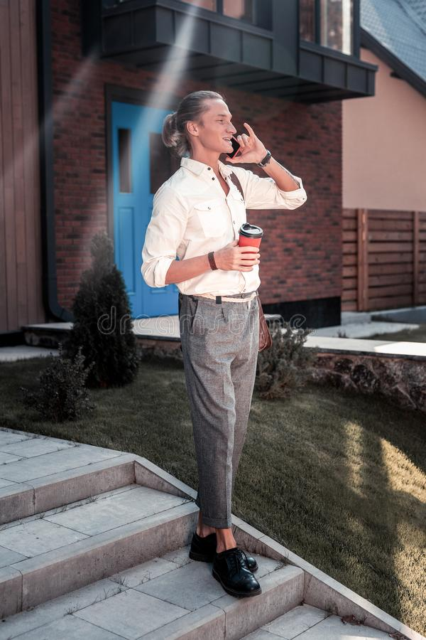 Ботинки вычуры красивого стильного человека нося черные покидая его дом стоковые фото