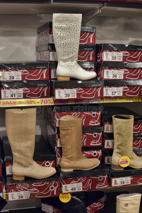 Ботинки в обувном магазине стоковая фотография