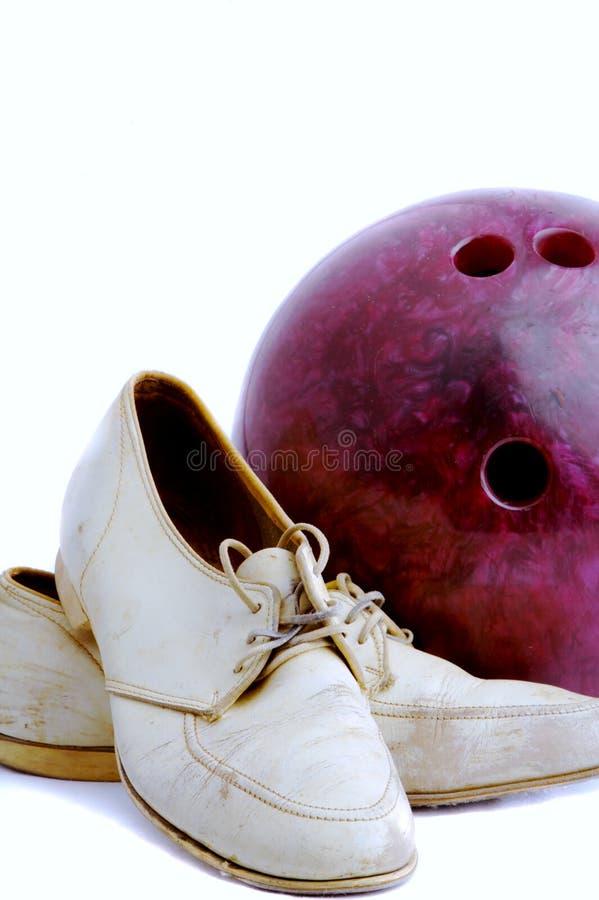 Ботинки год сбора винограда и шарик боулинга стоковое фото rf