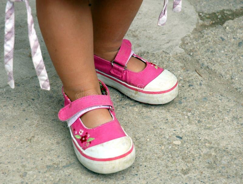 ботинки девушок маленькие розовые стоковое изображение rf