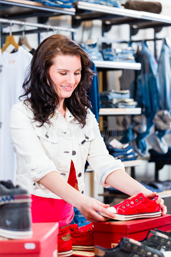 Ботинки женщины покупая в магазине стоковая фотография rf