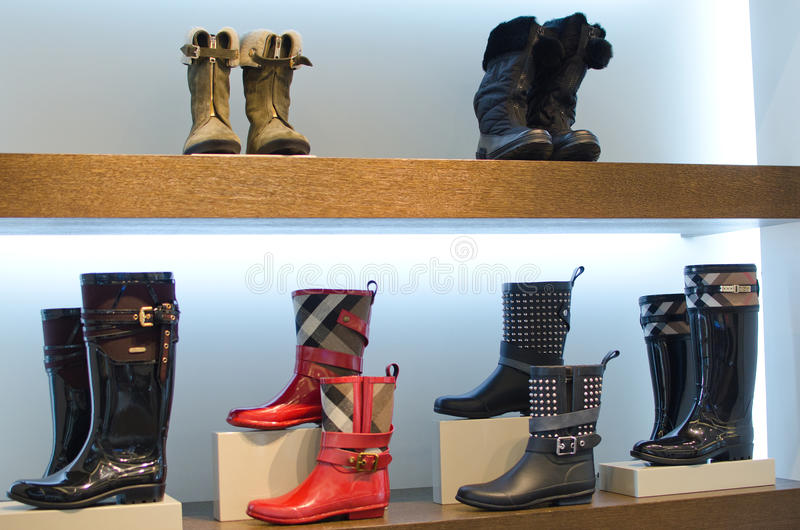 Ботинки женщины стоковые фото