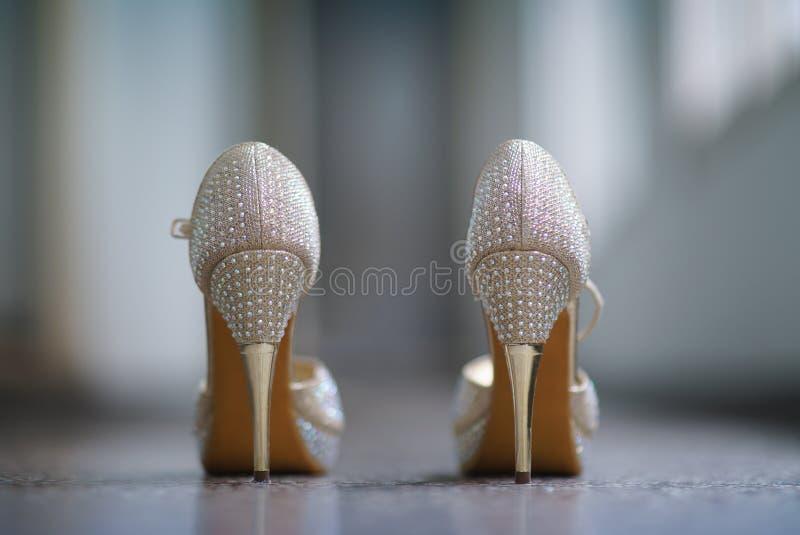 Ботинки женщин с точным стержнем и с ярким блеском стоковая фотография
