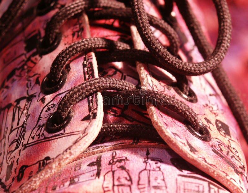 ботинки закрывают в стиле фанк поднимающее вверх стоковое изображение rf