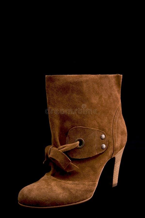 Ботинки замши женщин низкие с высокими пятками коричневеют цвет (красного цвета) стоковое фото rf