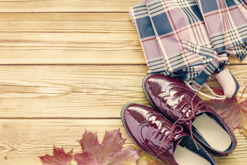 Ботинки, зонтик и листья осени стоковое фото rf