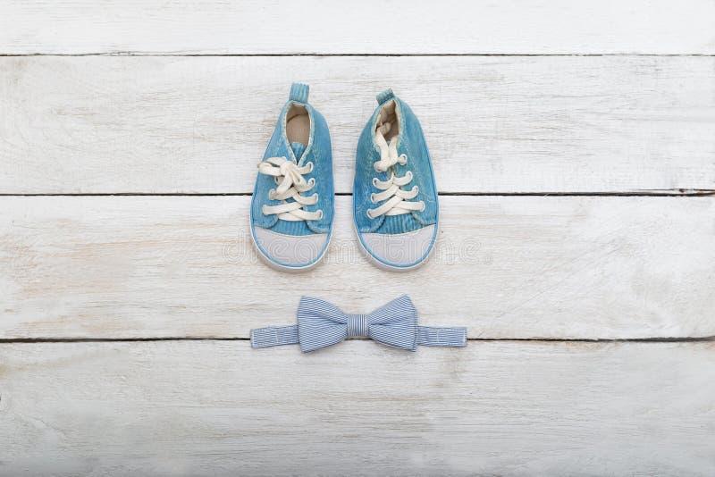 Ботинки и бабочк-связь для мальчика на деревянной предпосылке VI стоковое изображение rf