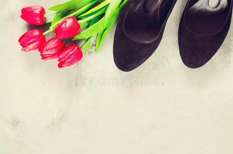 Ботинки и красные тюльпаны классических чернокожих женщин черные стоковое изображение