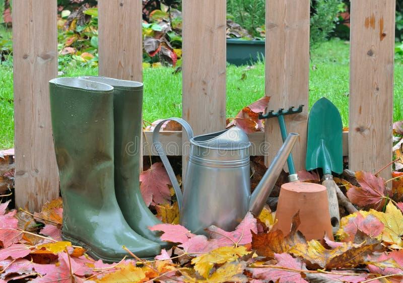 Ботинки и падение садовничая инструментов стоковое изображение rf