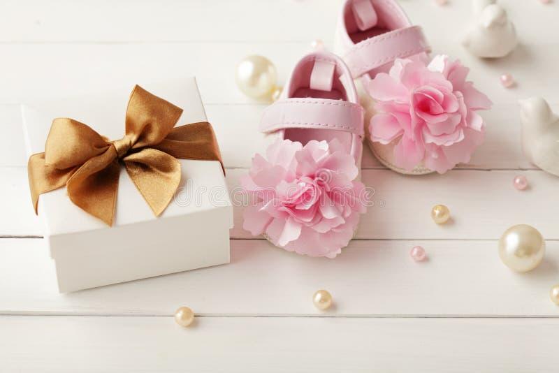 Ботинки и подарочная коробка младенца стоковое фото rf