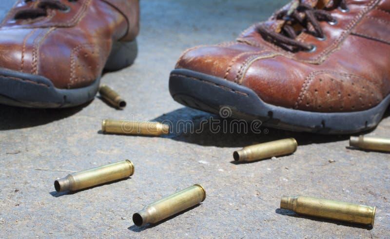 Ботинки и пули стоковая фотография