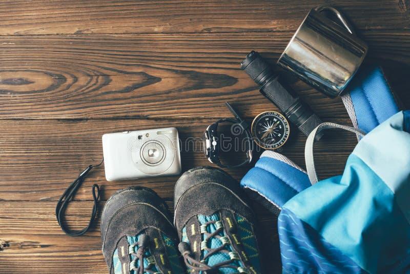 Ботинки и утвари для пешего туризма в горах стоковые изображения rf