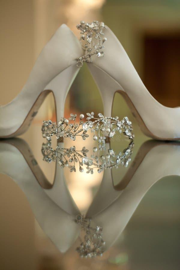 Ботинки и ювелирные изделия венчания стоковая фотография rf