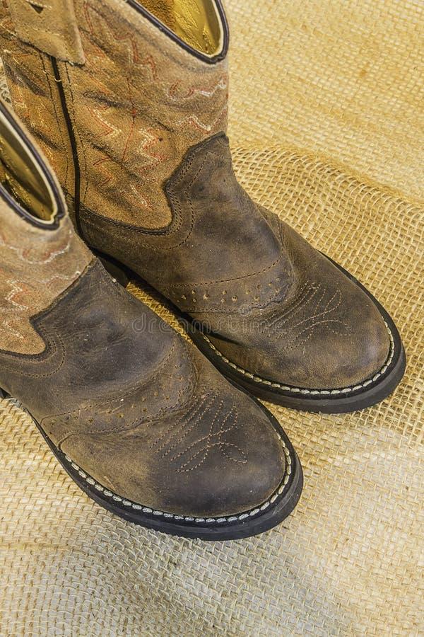 Ботинки ковбоя на мешковине стоковое фото rf