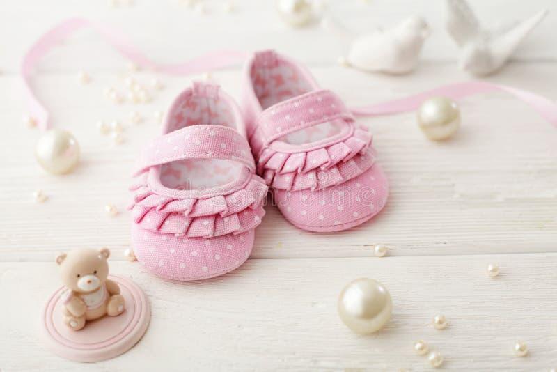 ботинки красного цвета младенца стоковое фото rf