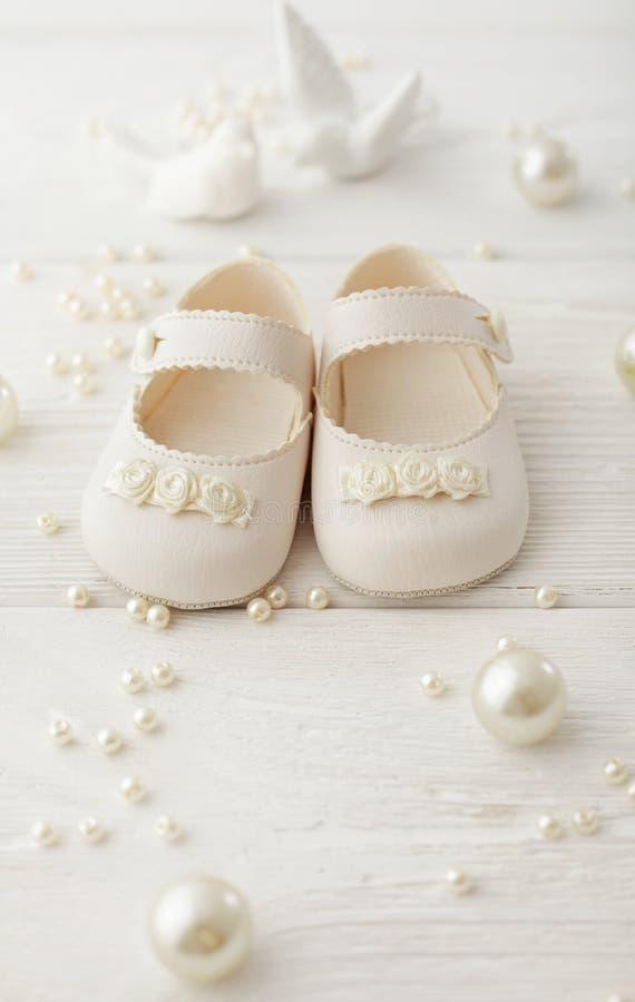 ботинки красного цвета младенца стоковые фото