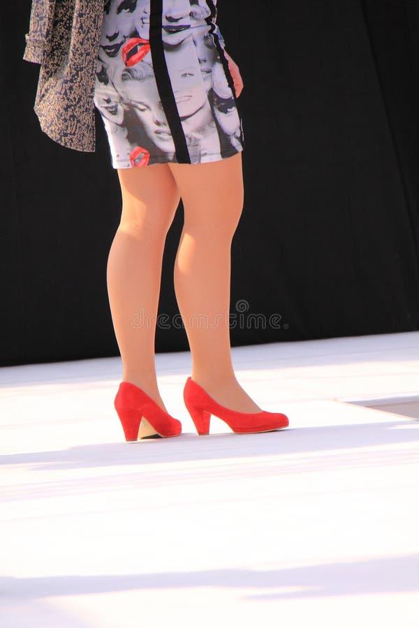 ботинки красного цвета подиума стоковые фото