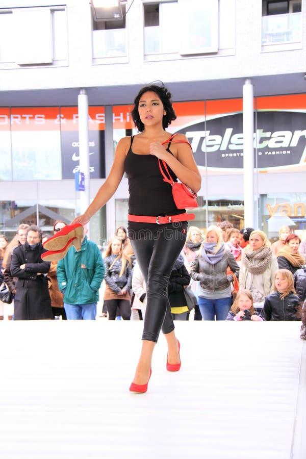 ботинки красного цвета подиума стоковое фото rf