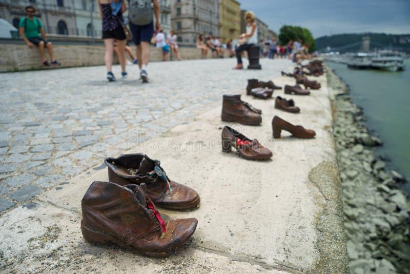 Ботинки металла на Дунае гуляют с запачканными людьми на предпосылке стоковое изображение rf