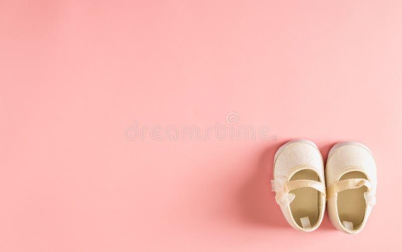 Ботинки младенца на розовой предпосылке стоковая фотография