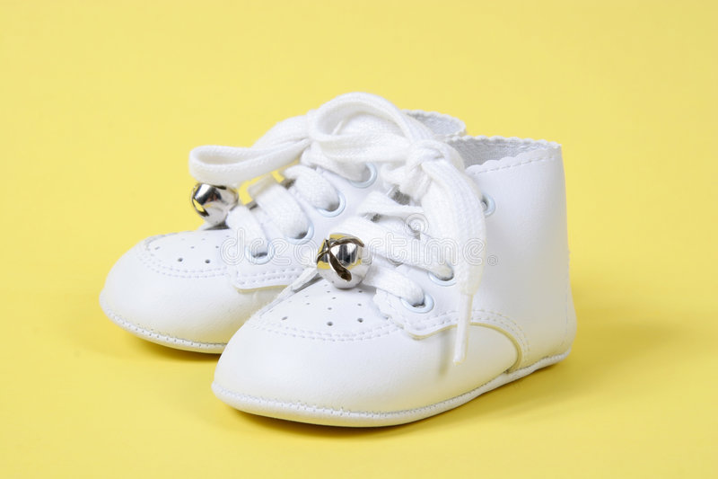 ботинки младенца совместно желтеют стоковое фото