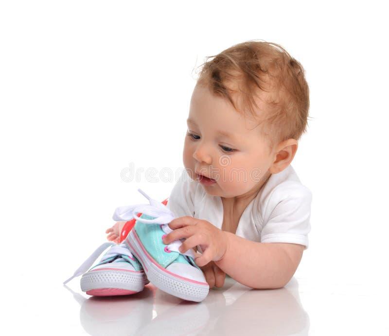 Ботинки младенческого ребёнка ребенка лежа счастливые ища новые стоковая фотография rf