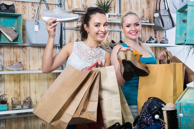 Ботинки молодых женщин ходя по магазинам стоковая фотография rf
