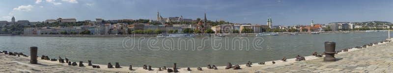 Ботинки на банке Дуная в Будапеште стоковая фотография