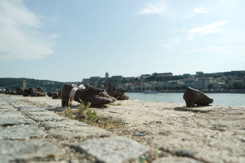 Ботинки на банке Дуная стоковое изображение rf