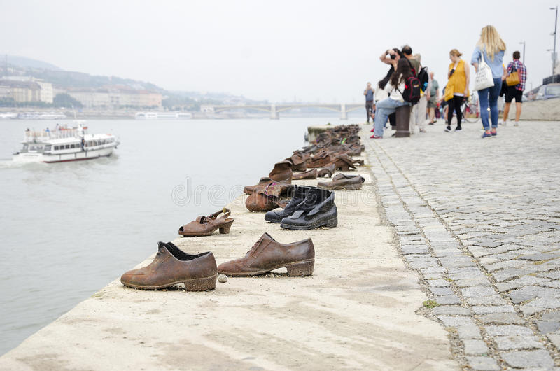 Ботинки на Дунае гуляют - памятник к жертвам холокоста в Будапеште стоковые изображения