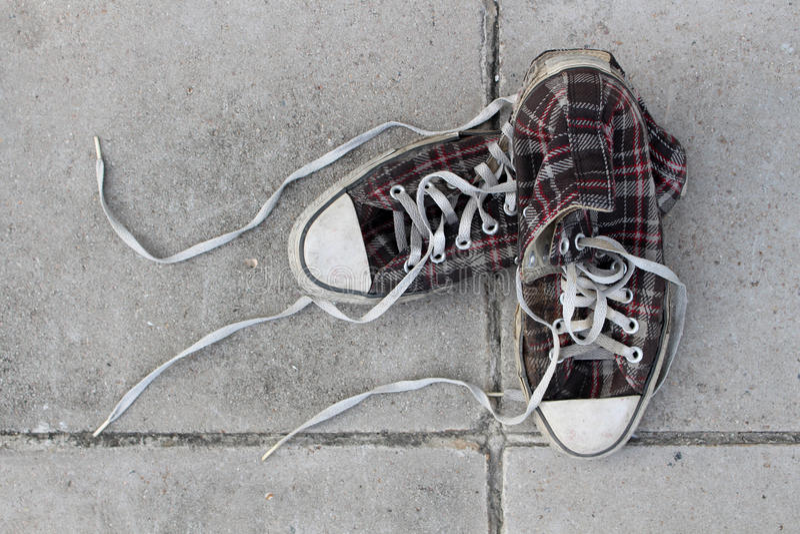 Ботинки на конкретной предпосылке стоковая фотография