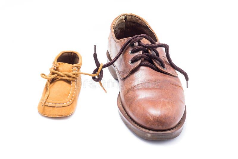 Ботинки отца и ребенка стоковые изображения