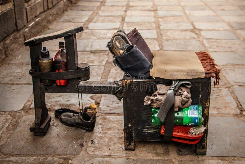 Ботинки очищая комплект на улице Cuzco, Перу стоковое фото