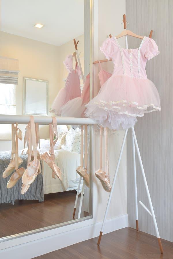 Ботинки платья и балета пинка ` s девушки висят на баре в спальне стоковая фотография rf