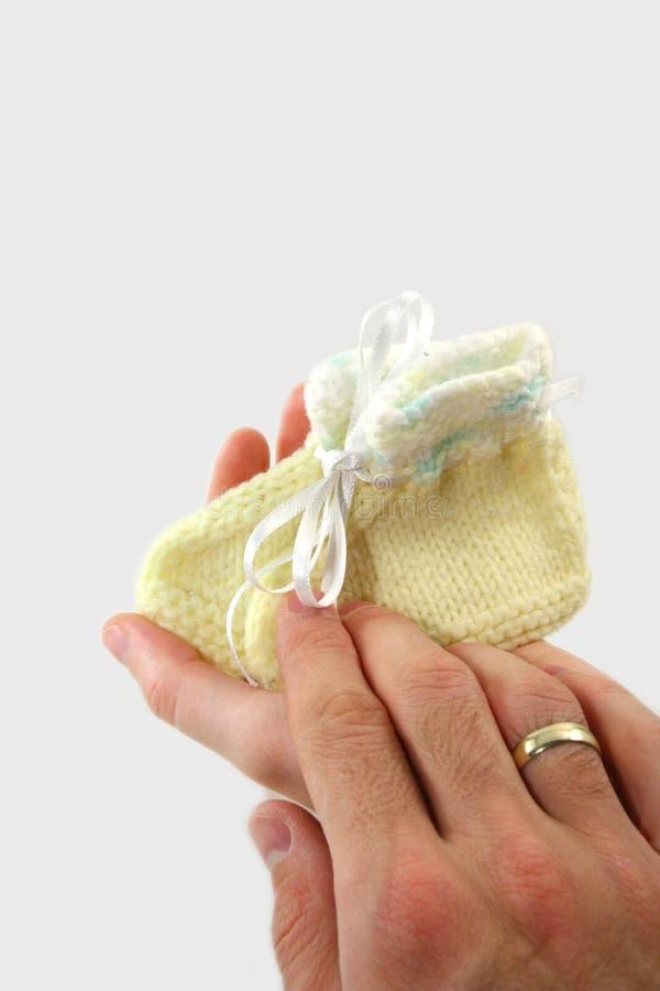 ботинки родителей младенца маленькие стоковое изображение