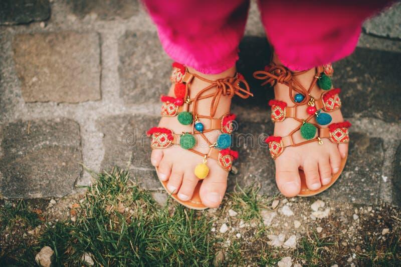 Ботинки сандалий pom pom лета стоковое фото rf