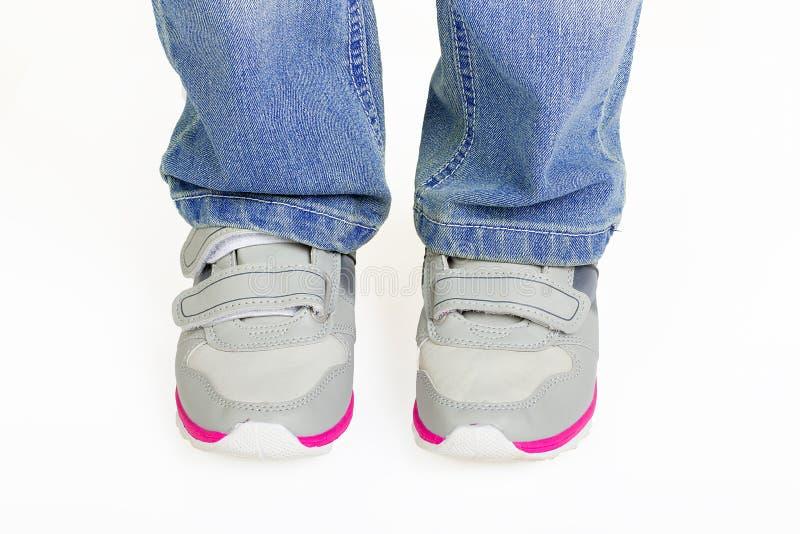 Ботинки спорта молодого парня нося стоковое фото rf
