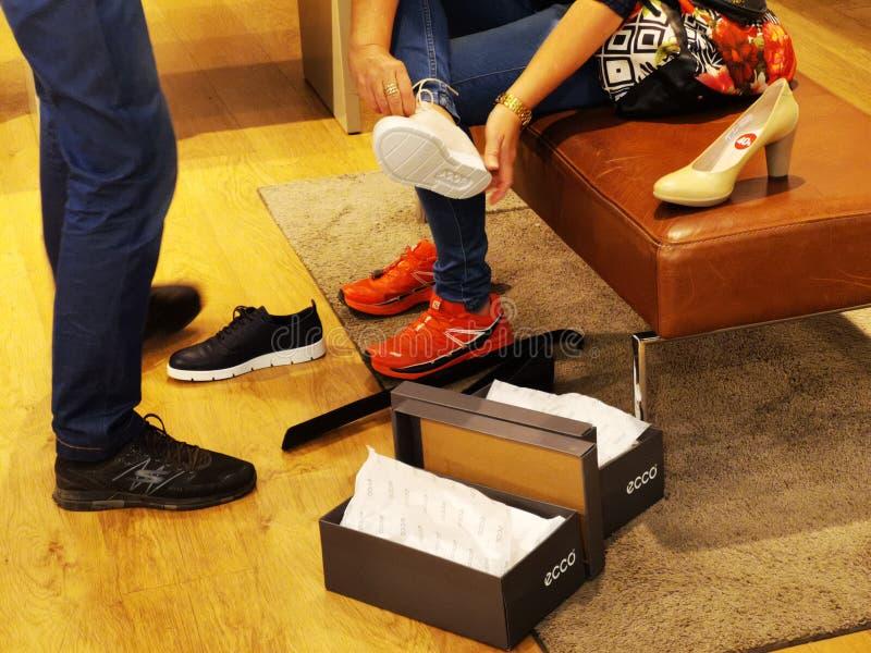 Ботинки спорта Ecco для женщин стоковое фото rf