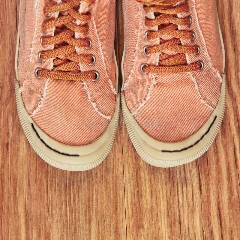 Ботинки спортзала на деревянной предпосылке Взгляд сверху стоковые изображения rf