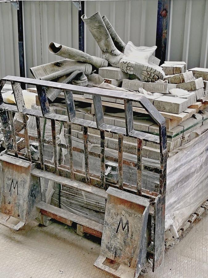 Ботинки старых используемых людей работая резиновые, сброшенные на строительной площадке около района Москв-города стоковое фото